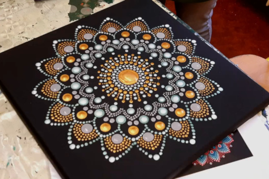 Kreativní tečkovaná mandala - obraz absolventa online kurzu tvorby tečkovaných mandal