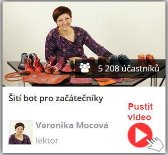 lektorka online video kurzu šití bot sedí za stolem a na stole má spoustu ušitých botů a barefoot z kůže