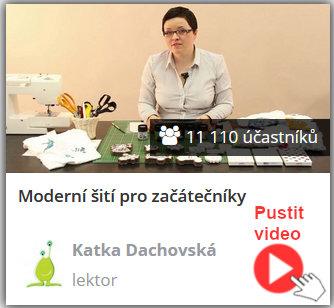 lektorka online video kurzu moderního šití hraček a doplňků sedí u šicího stroje a ukazuje návody na šití hraček