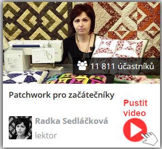 lektorka online video kurzu a návodů šití patchworku sedí u šicího stroje a drží ušité patchwork polštáře