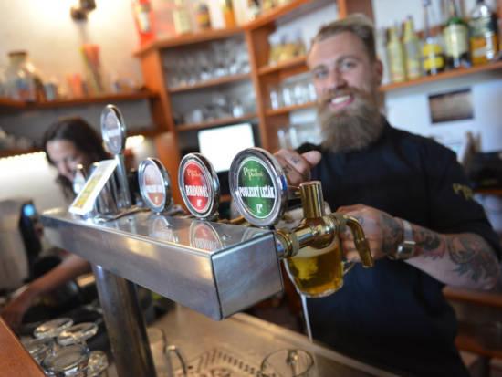 hospodský za pípou čepuje pivo z pivovaru Podlesí - organizují zážitkovou online domácí degustaci piva