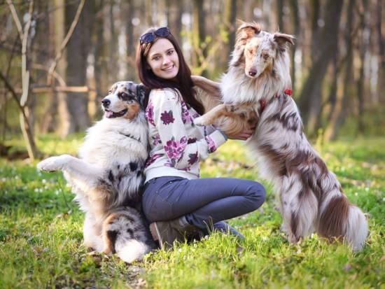 cvičitelka je v objetí psů - záběr z online video kurzu cvičení a výchovy psů