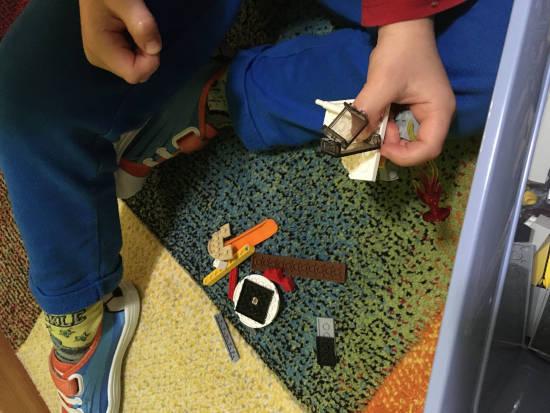 Dvě plné dětské hrsti LEGO kostiček - bude sloužit ke stavbě bez návodu
