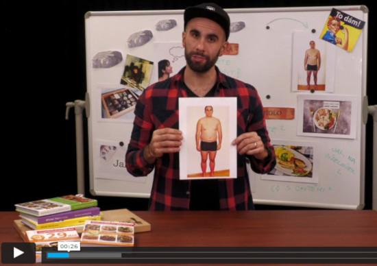 Lektor online kurzu o hubnutí Tom Břicháč stojí před tabulí a v ruce drží svou fotku s nadváhou