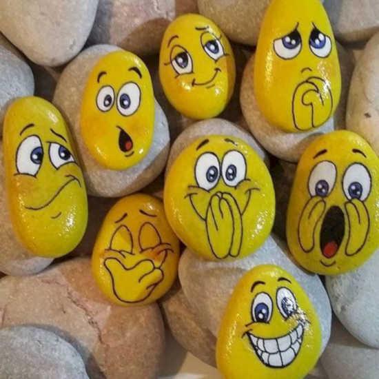 na kamenech leží položené další kameny, které jsou pomalované a nalakované bezbarvým lakem