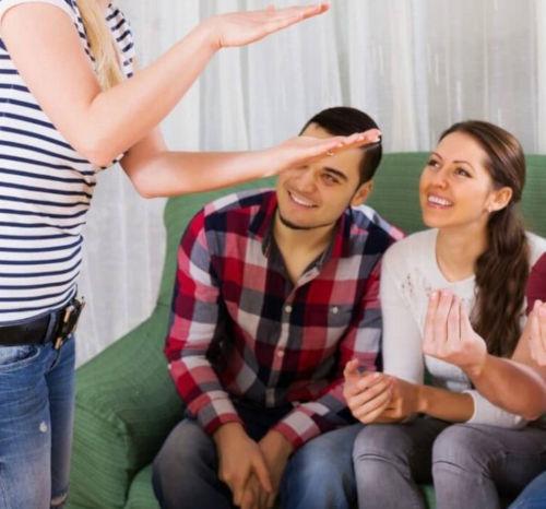 Kamarádi na domácí párty se snaží rozpoznat úlohu z párty hry