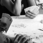 pohled na dva lidi (ruce), kteří hrají karty - hra vhodná pro dva