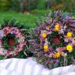 aranžmá podzimních věnců položených na zemi